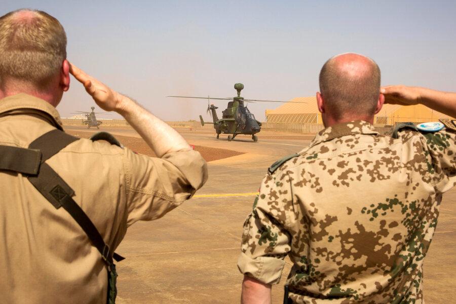Zwei Bundeswehrsoldaten salutieren während der Ankunft der ersten zwei Kampfhubschrauber des Typs Tiger in Mali.