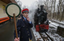 Jonas Bräunig von der Parkeisenbahn zeigt Grün für die Erste Fahrt der Bahn nach der Winterpause.