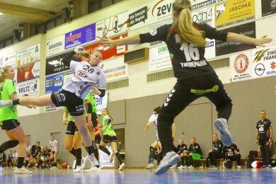 BSV-Spielerin Alisa Pester (2. v. l.) vor dem gegnerischen Tor.