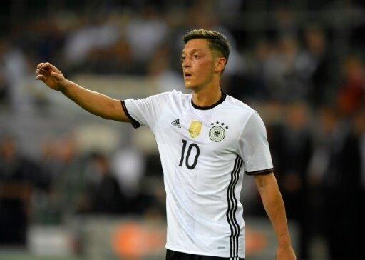 Mesut Özil erbt die Nummer 10 von Lukas Podolski