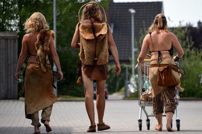 Archäologen proben Steinzeit - aber gejagt wird im Supermarkt
