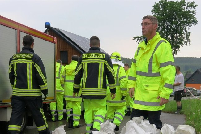 In Lindenau mussten Feuerwehr und Anwohner auch am Sonntag anpacken. An der Schulstraße lief Wasser vom Feld und drohte auf Grundstücke zu laufen. Anwohner schaufelten einen Graben und die Feuerwehr brachten Sandsäcke.