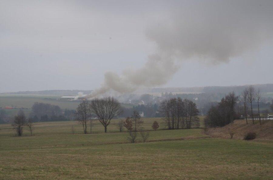 Rauchsäule über Neumark: Halle mit Stroh brennt