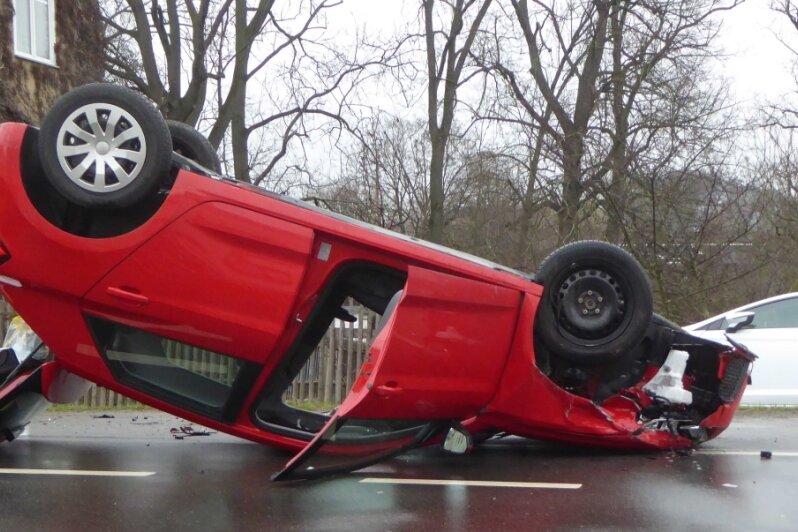 Der Audi kam auf dem Dach zumLiegen.