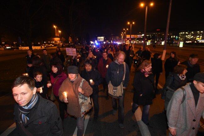 """Mehrere Hundert Menschen versammelten sich am Abend zur Aktion """"Lichterwege""""."""