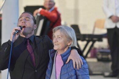 Gesangssolist beim Konzert des Akkordeonorchesters Klingenthal war der Sänger Giacomo Medici aus der italienischen Partnerstadt Castelfidardo. Unter anderem begeisterte er das Publikum mit einen Ständchen für Brigitte Rohloff (im Bild) - stellvertretend für alle Mütter im Publikum.