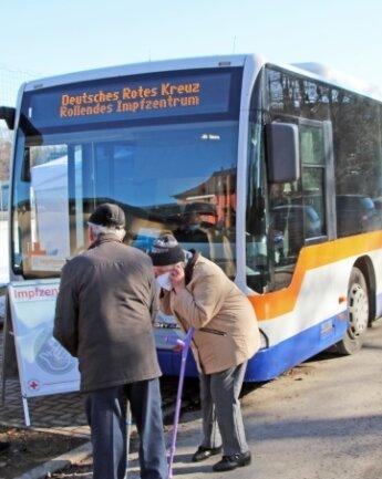 Das mobile Impfzentrum macht Halt in Großhartmannsdorf.