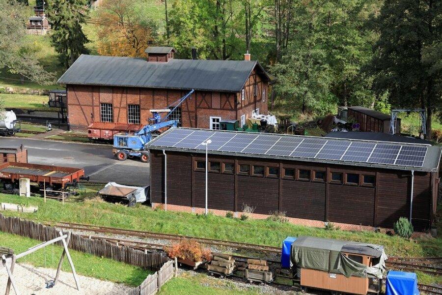 """Die vom Museumsgelände aus """"unsichtbaren"""" Solarmodule sind auf der Sonnenseite des Dachs von Werkstatt und Depothalle montiert."""