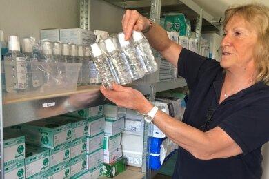 Anita Wutke im Vorratsraum ihres Büros. Hier sind Desinfektionsmittel, Pampers, Verbandsmaterial, Handschuhe und Bettunterlagen gelagert. Dass immer alles in ausreichender Menge da ist, darum kümmert sich die Chefin selbst.