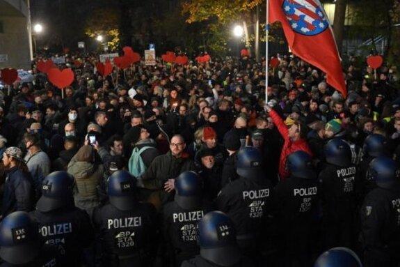 Die Polizei sperrt den Weg von Gegnern der Corona-Politik im Leipziger Zentrum. Gegen die Kundgebung regte sich breiter Protest.