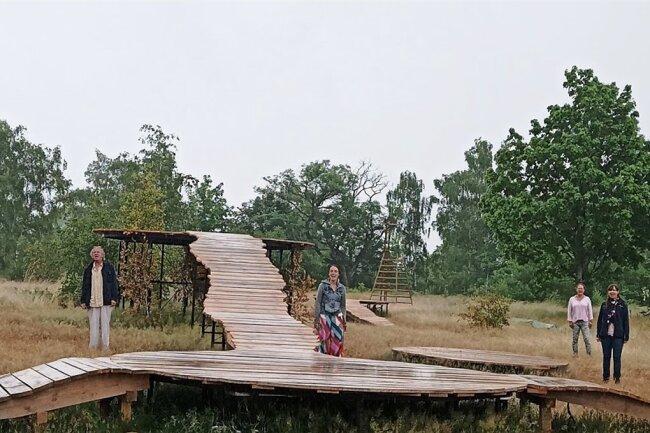 Tiefer Raum: So präsentiert sich die Kulisse des Shakespeare-Stücks dem Zuschauer. Sieben Raummeter Holz wurden für Stege und Inseln verbaut. Im Bild Ensemble-Mitglieder des Mittelsächsischen Theaters.