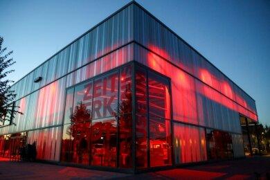 Ein großartiges Farbenspiel bietet die Frankenberger Zeit-Werk-Stadt nachts.