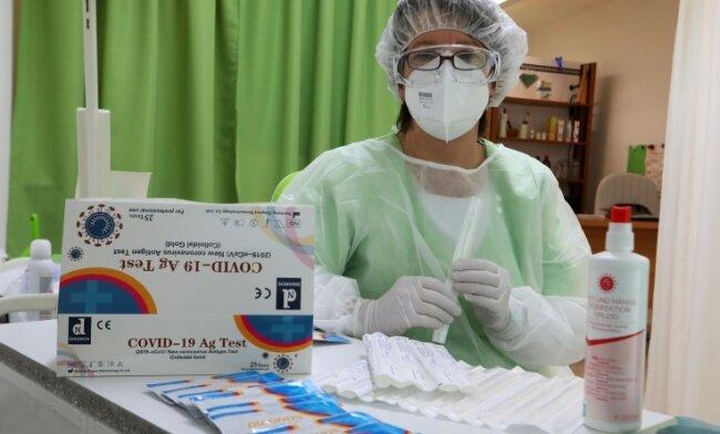 Fußpflegerin Ute Rediske in kompletter Schutzkleidung. Für die Antigen-Schnelltests hat sie extra einen Lehrgang besucht.