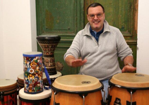 Percussionist Falk Wichtlhuber aus Lauter-Bernsbach. Er bietet seinen Drum Circle auch in der Justizvollzugsanstalt Chemnitz an und hat gute Erfahrungen damit gemacht.