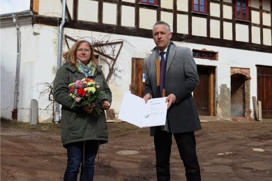 Elke Heinig erhielt von dem Beigeordneten des Landkreises Zwickau, Carsten Michaelis, ihre Berufungsurkunde.