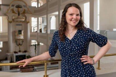 Anja Förster in der Lunzenauer Kirche. Die junge Frau ist die neue Pfarrerin im Ort.