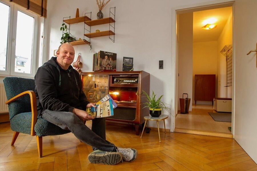 Von der Schallplatte bis zum Einrichtungsmagazin - in der Ferienwohnung, die der Plauener Steffen Hegner anbietet, steckt die Liebe im Detail.