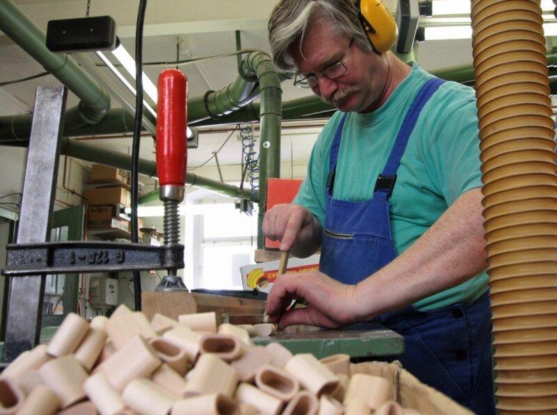 """<p class=""""artikelinhalt"""">Matthias Wolf arbeitet an den Verschlüssen für USB-Sticks, deren Holzgehäuse in der Holzspielzeugmacher-Firma von Heiko und Volker Flath in Seiffen produziert werden.  </p>"""