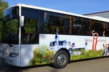 Für mindestens drei Jahre soll der Bus als Werbeträger unterwegs sein.