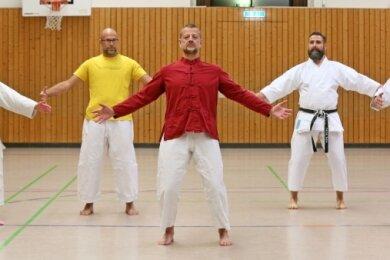 Trainer Marco Leib (Mitte) leitet den Qigong-Kurs.