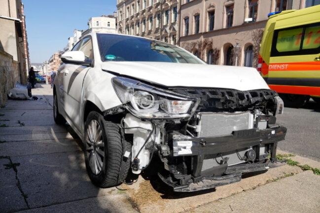 Insgesamt sieben fremde Autos hat die 85-Jährige bei dem Unfall beschädigt.