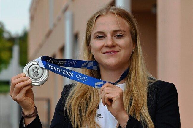 Lea Sophie Friedrich präsentiert bei einem Besuch in Chemnitz ihre Silbermedaille von Tokio.