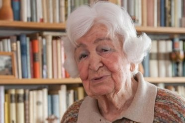 """Katharina Kammer am Frauentag 2013 in Flöha: Sie stammte aus einer Chemnitzer Arbeiterfamilie, wirkte ab 1949 als Neulehrerin, bevor sie am Literaturinstitut """"Johannes R. Becher"""" in Leipzig studierte und als Schriftstellerin tätig wurde. Sie starb kurz vor ihrem 97. Geburtstag."""