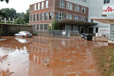 Nach einem Wolkenbruch sind in Oberlungwitz am Montagnachmittag der Hof einer Firma...