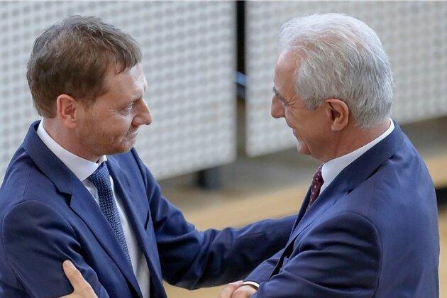 Stabübergabe Mitte Dezember in Dresden: Stanislaw Tillich (rechts) wünscht Michael Kretschmer (beide CDU), seinem Nachfolger im Amt des sächsischen Ministerpräsidenten, Glück.