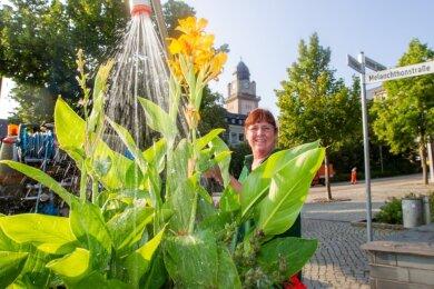 Ramona Kreuzer von der städtischen Firma ISP beim Gießen der Pflanzen im Stadtzentrum. Verwendet wird Trinkwasser. Eine Entnahme aus Gewässern ist laut Stadtverwaltung wegen der Trockenheit und geringen Niederschlagsmengen nicht vorgesehen. Der Landkreis hat dies zudem untersagt.