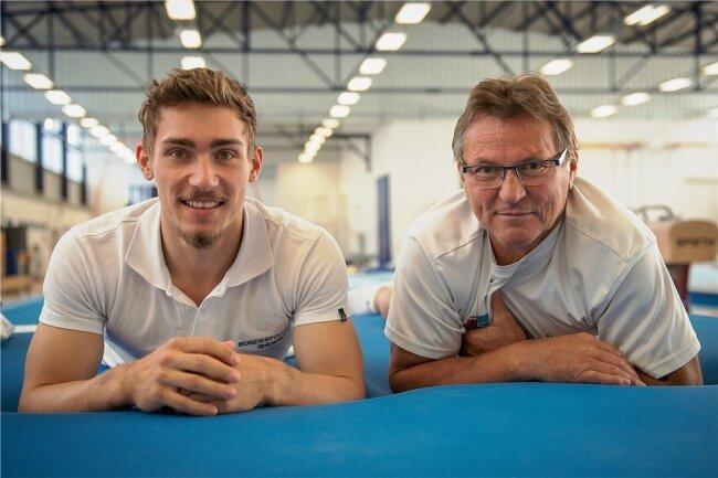 Nick Klessing (links) SV Halle mit Trainer Hubert Brylok in der Geräteturnhalle am Sportgymnasium Halle