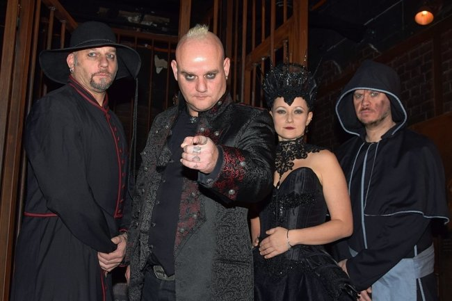 Carl Fornia (Gitarre), Martin Engler (Gesang), Katha Mia (Schlagzeug) und Manuel Antoni (Bass, von links) sind Mono Inc.