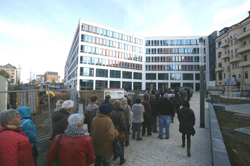 Zahlreiche Besucher stehen vor dem Technischen Rathaus an.