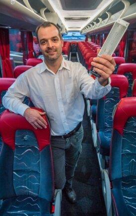 Kleines Gerät, das große Wirkung zeigen soll: René Lang mit einem der Virenkiller, die er in die Klimaanlagen seiner Reisebusse einbaut. Sie erzeugen ein Oxid, das in der Raumluft verteilt wird, Krankheitserreger beschädigt und sie auf diese Weise unwirksam machen soll.
