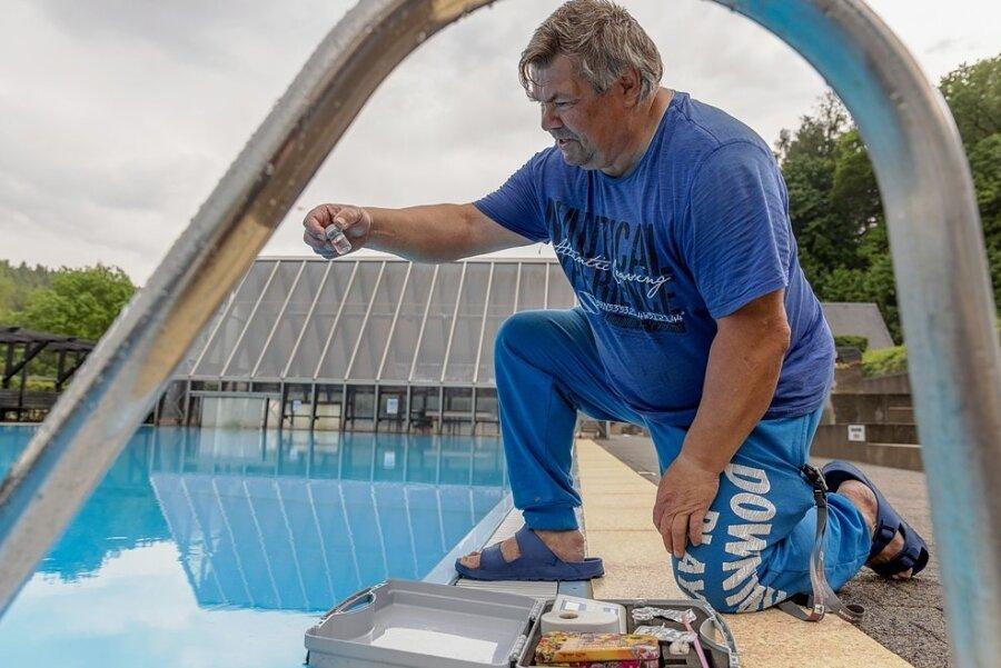 Das Freibad Am Stangewald in Buchholz hat - unter Einhaltung der aktuellen Corona-Schutzmaßnahmen - bereits geöffnet. Mitarbeiter Peter Sywall prüft regelmäßig die Wasserqualität.