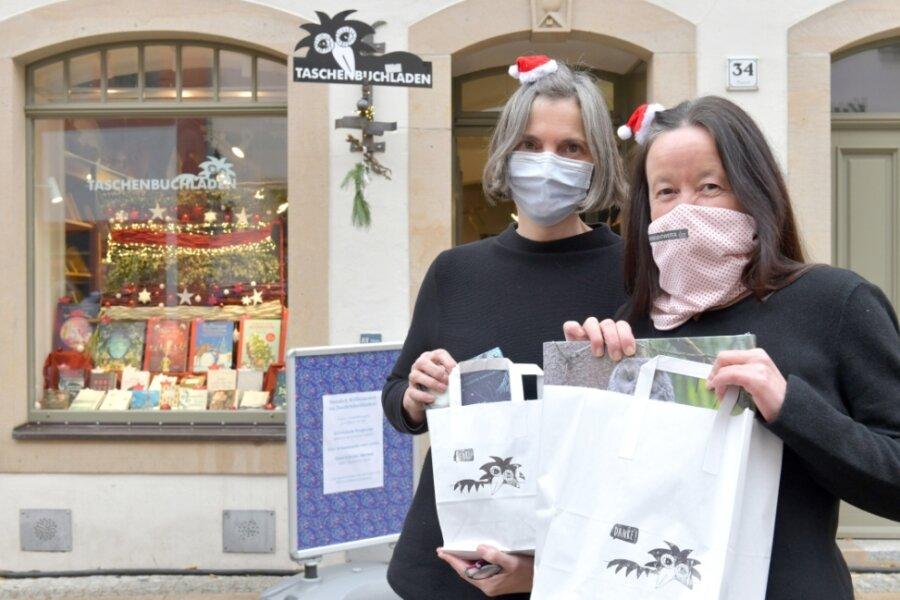 Der Taschenbuchladen in der Burgstraße in Freiberg muss auch schließen. Trotzdem können Kunden Bücher bestellen. Inhaberin Heike Wenige (rechts) und Mitarbeiterin Martina Gehlhaus stellen sie dann zu.