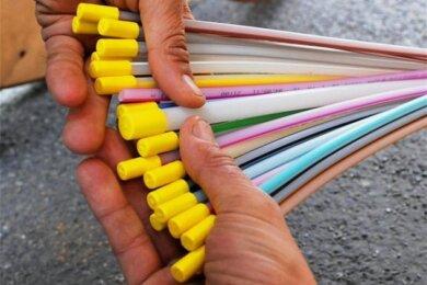 """Glasfaserkabel (Symbolbild) wie dieses sollen bald im Vogtland die letzten """"weißen Flecken"""" in Sachen schnelles Internet schließen."""