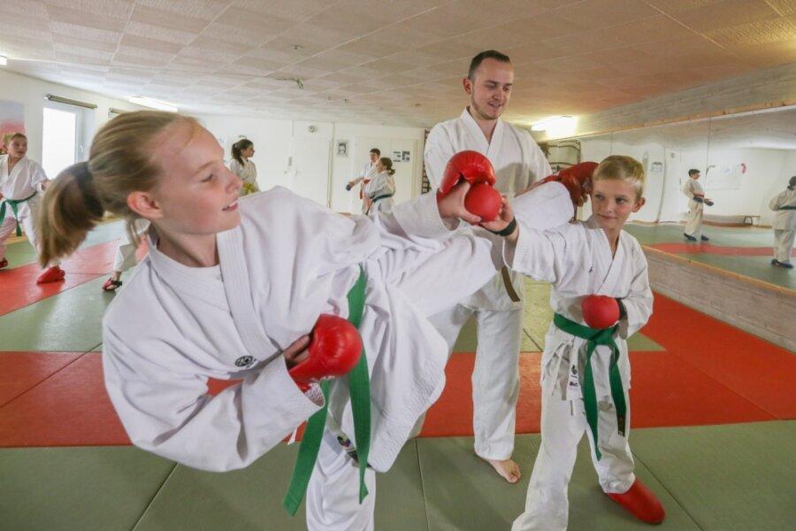 Nachdem sie nach Beginn der Coronapandemie nur draußen und kontaktlos trainieren durften, können die Karateka des Bushido Chemnitz seit einigen Wochen wieder richtig üben. Trainer Hendrik Klaus (Mitte) bereitet derzeit Vanessa Schaller und Georg Uhlmann auf das eigene Turnier vor.