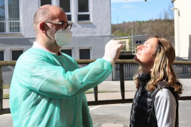 Claudia Neumann war die Erste, die sich am Sonntag vor der Eismanufaktur Kolibri in Flöha von Inhaber Daniel Ivandic auf Corona testen ließ.