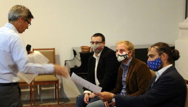 Matthias Beier von Parents for Future (l.) übergibt die Forderungen des Bündnisses an Martin Seltmann (r.) und Stadträte.