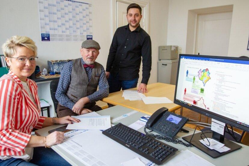 Wahlleiterin Nadja Friedländer-Schmidt und Wahlausschuss-Vorsitzender Lars Krämer organisieren die Plauener OB-Wahl. Der langjährige Wahlleiter Steffen Kretzschmar (Mitte) unterstützt das Team beratend.