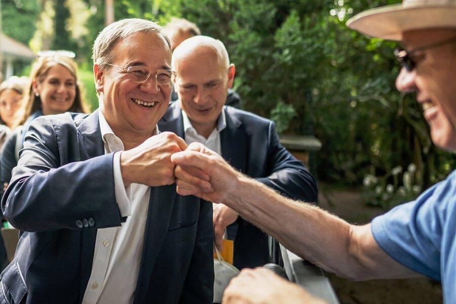 Unionskanzlerkandidat Armin Laschet zeigt sich beim Haustürwahlkampf in Berlin-Spandau ...