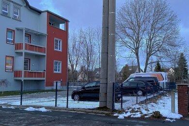 Als die Wohnungsgesellschaft Lugau das Gebäude Querstraße 9 (links) sanierte, wurde an der Grenze des hinzugekauften Nachbargrundstücks vorsorglich ein Streifen für den künftigen Radweg freigehalten.