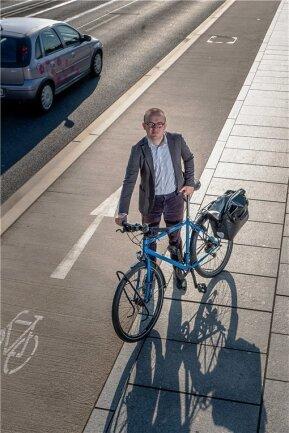 Die Fahrbahnmarkierung ist eindeutig, viele Radfahrer ignorieren sie trotzdem. Konrad Krause vom ADFC ärgert sich darüber - und würde ein höheres Verwarngeld für radelnde Geisterfahrer durchaus begrüßen.