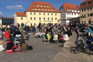 Klappstuhlprotest am 8. Mai in Freiberg: Rund 100 Teilnehmer, darunter einige Familien, hatten sich auf dem Schlossplatz niedergelassen.