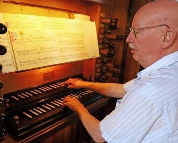 Organist Rüdiger Bloch an der Silbermann-Orgel der Stadtkirche Oederan.