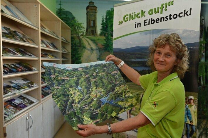 Karin Seidel vom Team des Tourist-Service-Centers in Eibenstock zeigt die Panorama-Faltkarte, die dem neuen Wanderführer beiliegt.