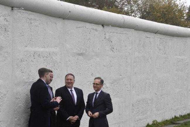 Bundesaußenminister Heiko Maas (rechts), Mike Pompeo, (2. von rechts) Außenminister der USA, und Richard Grenell, US-Botschafter in Deutschland, stehen an den Resten einer Mauer in Mödlareuth.