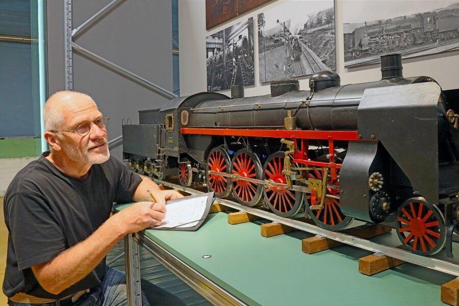 """Ein Modell der Lokomotive """"Sachsenstolz"""" aus der Chemnitzer Hartmannfabrik ist unter anderem in der Landesausstellung zu sehen. Ulrich Weidauer, Metallrestaurator, begutachtet den Zustand des Exponates kurz vor der Eröffnung der Schau."""