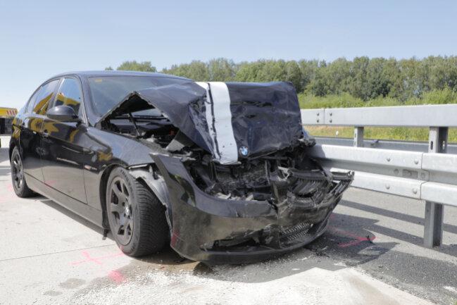 Im Rückstau des ersten Unfalls war ein BMW auf einen Mercedes aufgefahren.